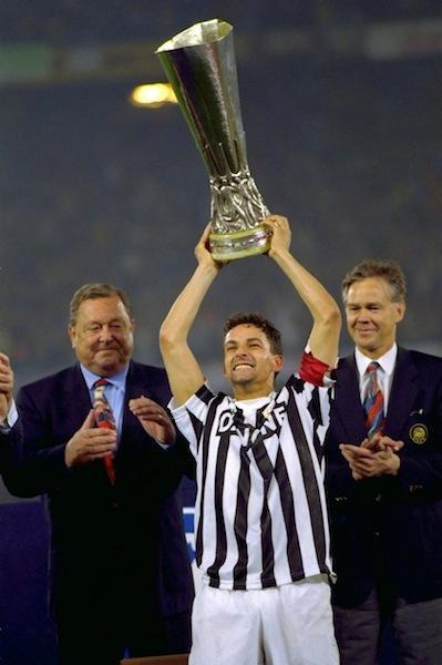 Roby Baggio alza la Coppa Uefa